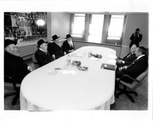 At a Meeting of the Moetzes Gedolei HaTorah, 1994. L to R: Rav Elya Svei, Rav Avrohom Pam, Rav Yaakov Perlow, Rav Aharon Schechter, Governor Mario Cuomo, Rabbi Moshe Sherer