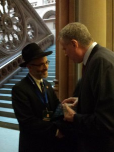 Rabbi Zwiebel thanking Mayor DeBlasio